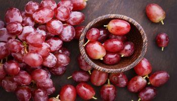 فوائد العنب الأحمر للصحة والبشرة