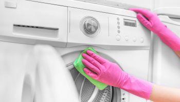 أفضل طريقة لتنظيف الغسالة الأوتوماتيك والتخلص من الشوائب العالقة في الداخل