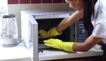 خطوات فعالة لتنظيف الميكروويف من الداخل