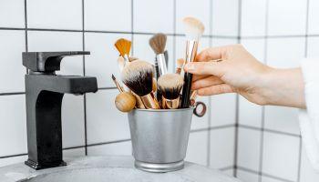 كيفية تنظيف أدوات المكياج
