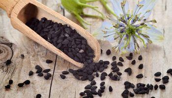 5 وصفات لعلاج مشكلات البشرة بزيت حبة البركة