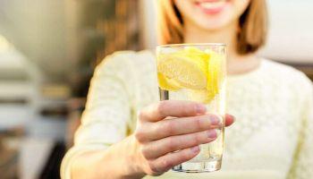 أبرز فوائد للماء والليمون على الريق