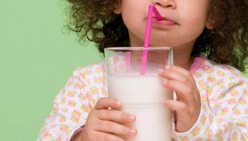 أضرار تناول الألبان المفرط للأطفال